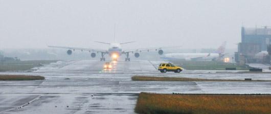 桃园机场跑道现坑洞 连战等人许多班机延误图片