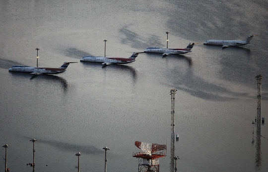 泰国:机场内洪水退去后立即展开跑道修复