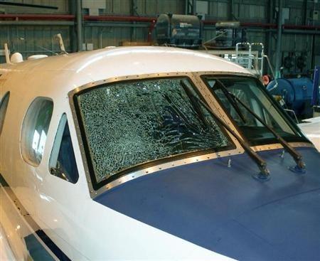 驾驶室挡风玻璃破裂 日本一架飞机紧急迫降