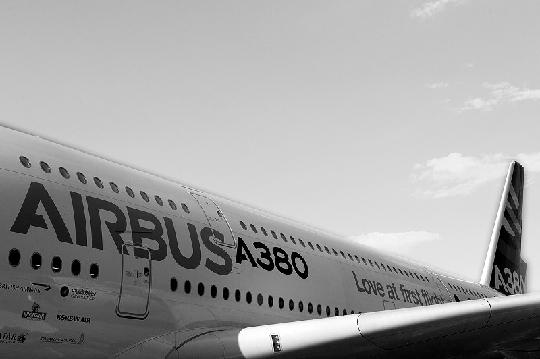 一天连发两起故障返航事件,一直被空中巨无霸明星光环笼罩的空中客车A380,不得不一次又一次地面对尴尬的反面聚焦。   昨(27)日,中国南方航空股份有限公司(China Southern Airlines Company Limited,简称南航)和新加坡航空公司(Singapore Airlines Ltd.,简称新航)各有一架空中客车A380客机因突发故障中途返航,所幸皆安全着陆。这无疑让刚刚因频曝机翼零件裂纹导致A380全球大体检引发的故障争议和信任危机再度升温。   空中客车