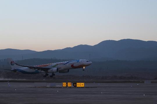 东航云南空客330飞机成功试飞昆明长水新机场