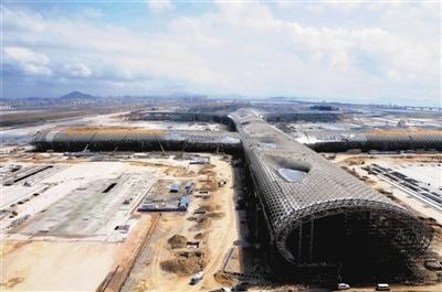 图:深圳宝安国际机场T3航站楼已现雏形,图为记者3月份拍摄的航站