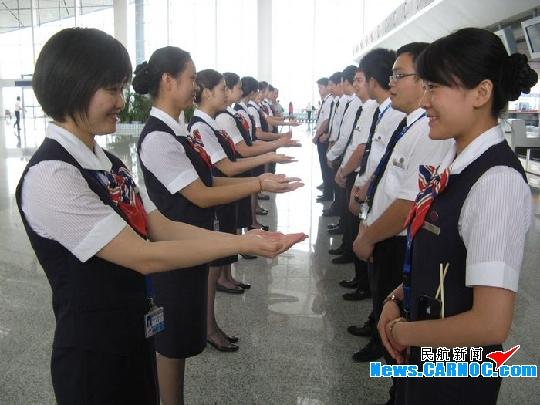 东航江西:用筷子练习微笑 用口令规范动作