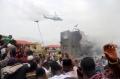 一架直升机在坠机现场上空盘旋