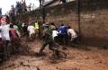 尼日利亚士兵驱逐围观群众