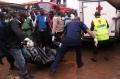 救援人员搬运遇难者遗体