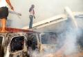 一名尼日利亚人站在飞机残骸上