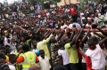 尼日利亚群众帮助救援人员托起消防水管