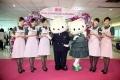 长荣航空特别邀请了Hello Kitty及Daniel人偶,于登机口欢送旅客上机。