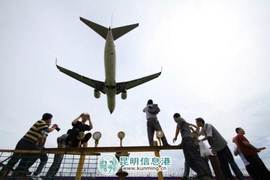 巫家坝机场几小时后停用 上千市民留影告别