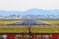 """去年6月的昆明巫家坝机场。对于飞友来说,他们和民航人一样,对巫家坝机场有着深厚的感情。""""围墙里面是飞机,围墙外面是菜地"""",说的就是昆明巫家坝机场。巫家坝机场21号跑道外的菜地,是全国有名的""""拍飞圣地""""。飞友们在这里用镜头记录了飞机的起落。<a href=http://pic.feeyo.com target=_blank>民航图库</a>图片,摄影:民航资源网网友""""<a href=http://pic.feeyo.com/photo.jsp?userid=3618 target=_blank>namelz52</a>""""。(浏览作者图库原帖《<a href=http://pic.feeyo.com/posts/534/5342713.html target=_blank>[原创]【永远的巫家坝,永远的菜地】……</a>》)"""