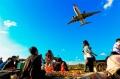 """图:巫家坝机场进近航道下面,是一个热闹的市场,这里人们对于天上的飞机,早已""""熟视无睹"""",因为天天见。<a href=http://pic.feeyo.com target=_blank>民航图库</a>图片,摄影:民航资源网网友""""<a href=http://pic.feeyo.com/photo.jsp?userid=3618 target=_blank>namelz52</a>""""。(浏览作者图库原帖《<a href=http://pic.feeyo.com/posts/534/5342713.html target=_blank>[原创]【永远的巫家坝,永远的菜地】……</a>》)"""