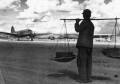 受战时所迫,当年边修建机场边起降飞机.