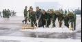 1999年,昆明机场大雪,机场全体员工和驻场单位及武警官兵清理积雪,确保航班正常