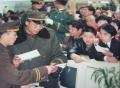 1999年,昆明突降大雪。机场航班大面积延误,大量旅客滞留候机厅。民航云南省局公安局民警正在维持秩序