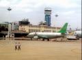 云南航空公司飞机停放在第二代航站楼前进行机身清洗