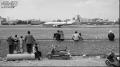 这是一张在巫家坝机场外围拍摄的作品,反映了云南民航事业飞速发展。照片上,一架飞机正从机场跑道起飞,引起了路过的市民驻足观看