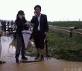 这张照片记录下的是2008年7月2日,昆明机场因遭受暴雨积水严重,跑道无法正常起降,机场紧急关闭。这张照片就是在防护堤处和负责现场指挥的领导进行电话连续直播。