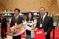 李云峰书记为首个长水出港旅客送上东航纪念品