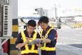 机坪上机务人员进行工作交接 (摄影:任春山)