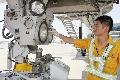 乌鲁木齐机场南航飞机维修基地人员航后维护 (摄影:任春山)