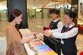 服务人员为旅客提供优质的问询服务。 (摄影:倪嘉云)