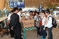工作人员正在为旅客托运的行李打包。 (摄影:倪嘉云)