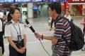 央视记者采访昆明机场安检员工。 (摄影:倪嘉云)