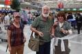 外国游客在巫家坝机场候机厅。 (摄影:倪嘉云)