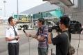 央视记者采访机组人员。 (摄影:倪嘉云)