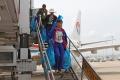 机舱清洁人员走下飞机。 (摄影:倪嘉云)