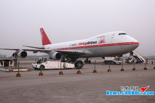 """一架波音747全货机从青岛流亭国际机场(简称""""青岛机场"""")顺利起飞,装载"""
