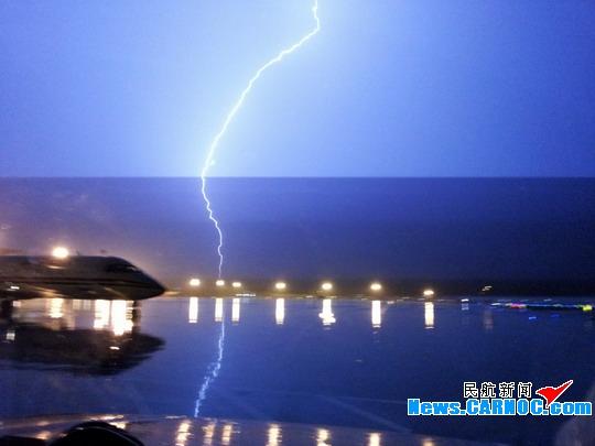 到21时,雷电已逼近青岛机场,强闪电不断击中远处地面,大雨倾盆.
