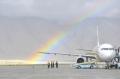 阿里昆莎机场:飞机迎着跑道上的彩虹降落
