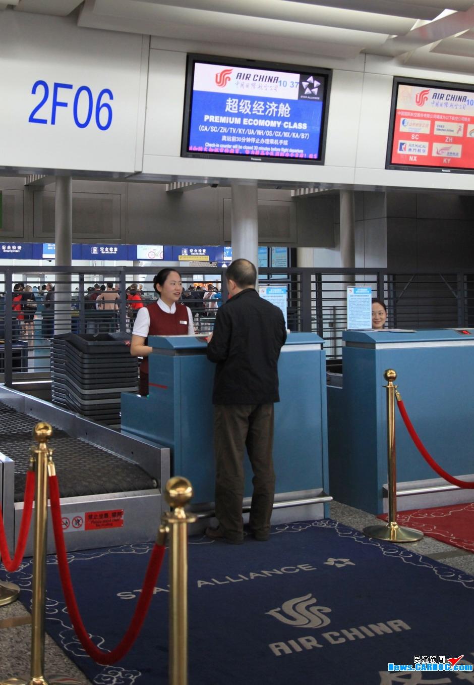 国航网上值机办理_10月29日,乘坐ca1432的旅客正在国航值机柜台办理其超级经济舱的登机