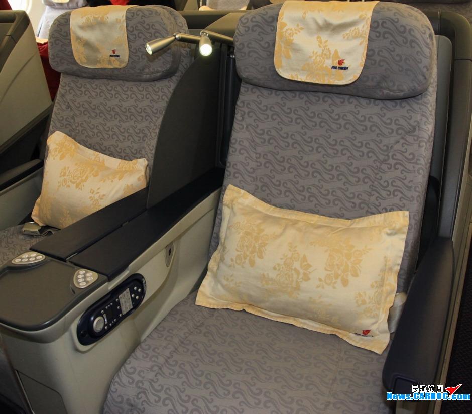头等舱座椅专属配备阅读灯.