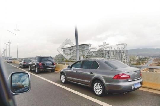 """最近,杭州萧山国际机场(简称""""杭州机场"""")附近冒出很多私人停车场,比起"""