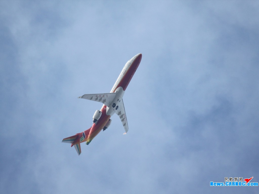 国产ARJ21-700飞机在珠海进行首次热身飞行