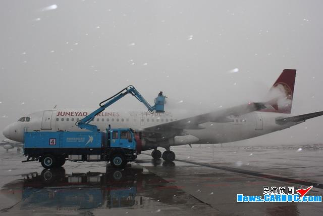 沈阳迎降雪 机场机务全力除冰保障航班出港