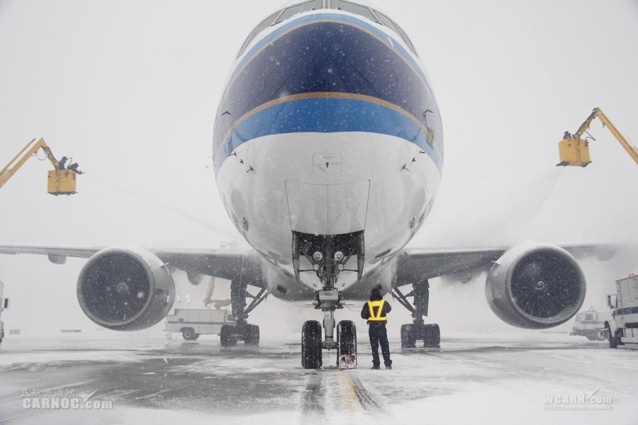 乌鲁木齐机场迎入冬第5场雪 南航全力保运行