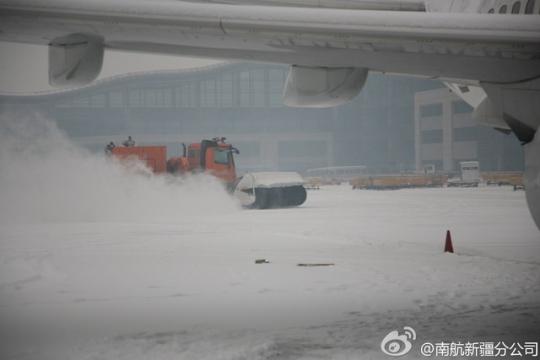 图片 乌鲁木齐机场大雪今日4次关闭 18架航班取消