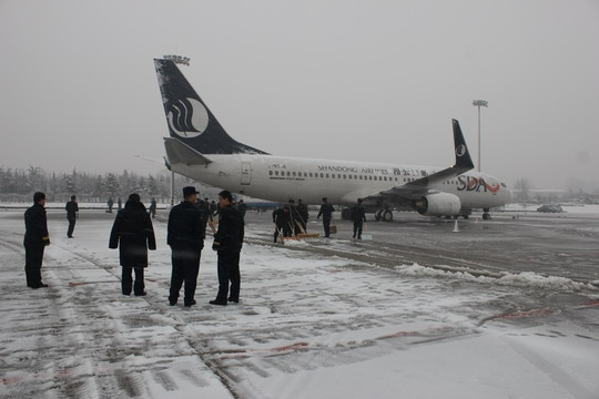 民航资源网2012年12月30日消息:12月29日早晨,青岛市迎来2012年入冬以来最大一场降雪,青岛流亭国际机场紧急启动除冰雪方案,与海军航空兵训练基地官兵联动,迅速开展了高效率的除冰雪行动,最大限度地将冰雪天气对机场正常运行的影响降到最低。   自12月28日接到降雪预报后,青岛机场立即下发了冰雪天气预警通知,按照《除冰雪工作实施方案》开展迎战冰雪恶劣天气准备工作,对除冰雪机械设备进行了细致检查,将所需物资全部准备到位,召集休班的除冰雪后备力量赶赴现场待命,并密切关注天气变化,保持通信畅通。