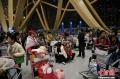 1月5日凌晨,大量旅客仍滞留昆明长水国际机场。昆明长水国际机场1月3日受大雾天气影响,取消440个航班,机场滞留约7500名旅客。从4日早开始,截止5日凌晨3时30分,长水机场共起降航班702架次。图为在机场滞留的旅客。 (摄影:刘冉阳)