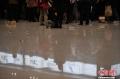 1月5日凌晨,大量旅客仍滞留昆明长水国际机场。昆明长水国际机场1月3日受大雾天气影响,取消440个航班,机场滞留约7500名旅客。从4日早开始,截止5日凌晨3时30分,长水机场共起降航班702架次。图为航空公司的柜台前挤满了办理退改签手续的旅客。 (摄影:刘冉阳)