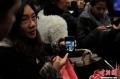 1月5日凌晨,大量旅客仍滞留昆明长水国际机场。昆明长水国际机场1月3日受大雾天气影响,取消440个航班,机场滞留约7500名旅客。从4日早开始,截止5日凌晨3时30分,长水机场共起降航班702架次。图为旅客向记者展示候机楼混乱场面照片。 (摄影:刘冉阳)