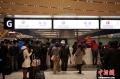 1月5日凌晨,大量旅客仍滞留昆明长水国际机场。昆明长水国际机场1月3日受大雾天气影响,取消440个航班,机场滞留约7500名旅客。从4日早开始,截止5日凌晨3时30分,长水机场共起降航班702架次。图为航空公司柜台挤满了退改签的旅客。 (摄影:刘冉阳)