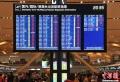 1月3日,昆明长水国际机场出现大雾天气,造成大面积航班延误。截止19时30分,已有436个航班取消,机场滞留约7500名旅客。为尽快疏散滞留旅客,昆明机场已启动应急预案。图为机场发布航班取消的显示屏。 (摄影:刘冉阳)