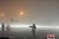 1月3日上午10时左右,昆明长水国际机场受大雾天气影响,造成大面积航班延误,截止当晚19时30分,已有436个航班取消,机场滞留约7500名旅客,是云南民航史上最大规模的航班延误。 (摄影:刘冉阳)