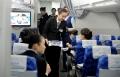 新乘学员在模拟舱中发放耳机。 (摄影:陈岩)