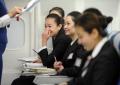 新乘学员与教员交流。 (摄影:陈岩)